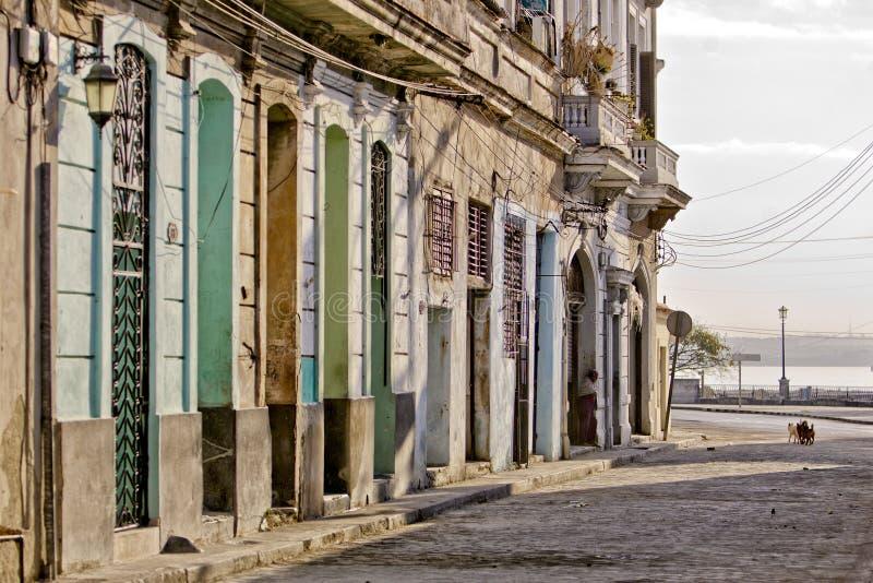 Abgenutzte Straße in altem Havana lizenzfreie stockbilder