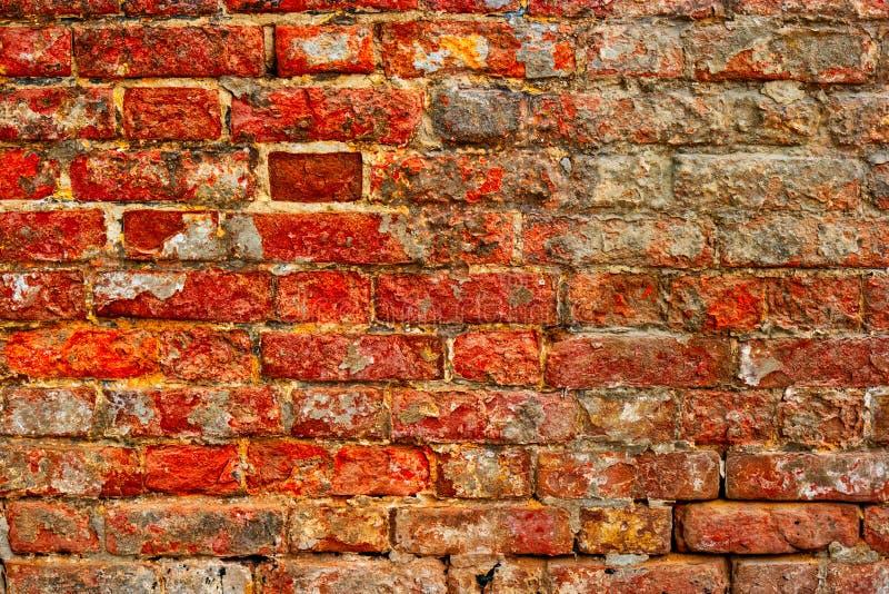 Abgenutzte veraltete Wand des roten Backsteins stockfoto