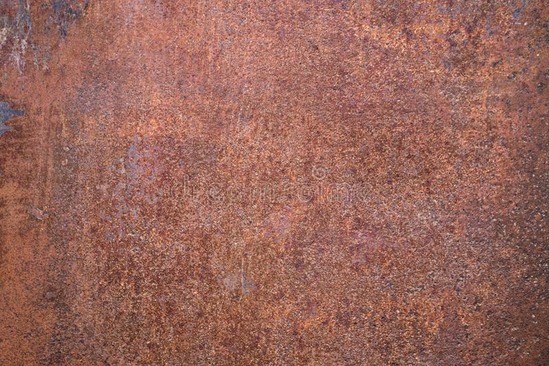 Abgenutzter dunkelbrauner rostiger Metallbeschaffenheitshintergrund stockbild