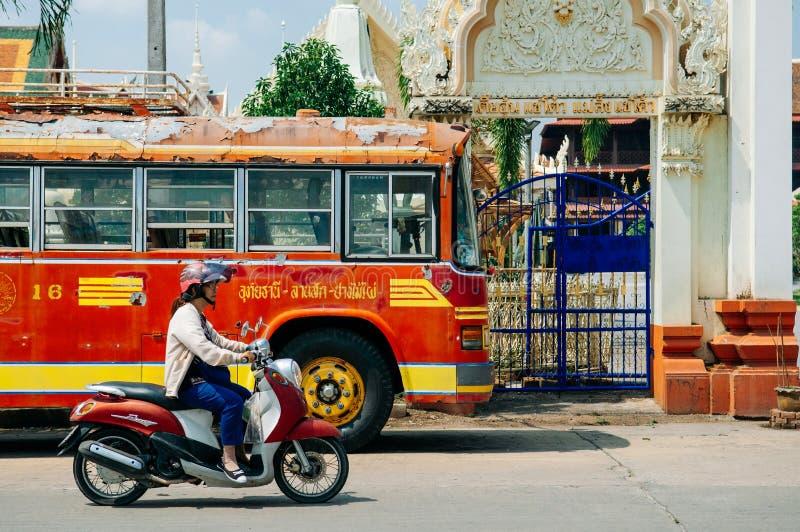 Abgestreifter rostiger, alter verlassener lokaler roter Bus in Uthaithani - thailändisch lizenzfreie stockbilder