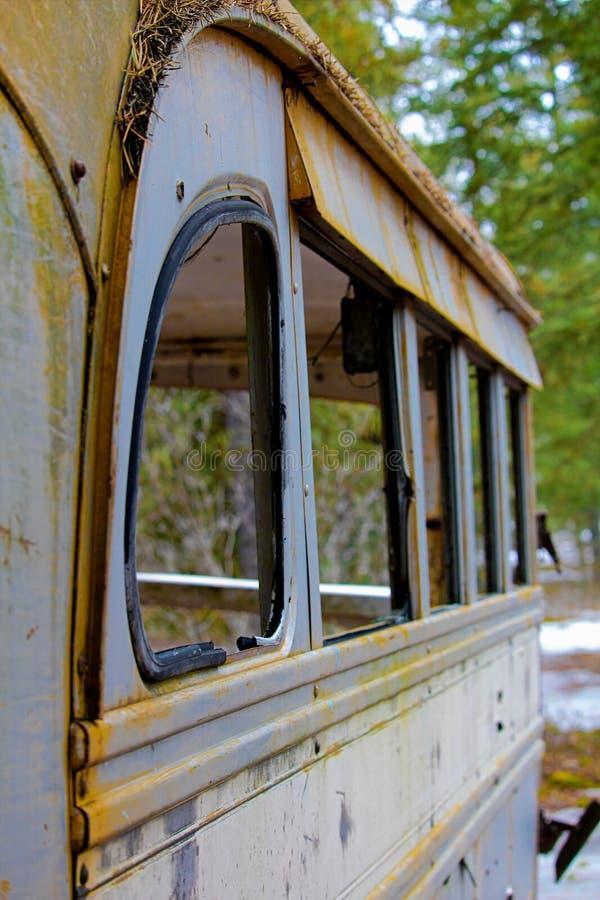 Abgestreifter verlassener Bus an Jäger kampieren auf Kronenland lizenzfreie stockfotografie
