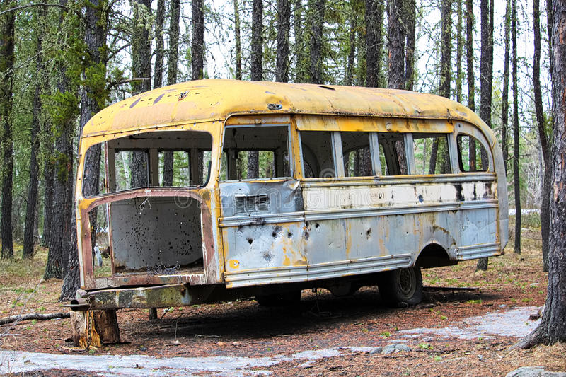 Abgestreifter verlassener Bus an Jäger kampieren auf Kronenland stockfotografie