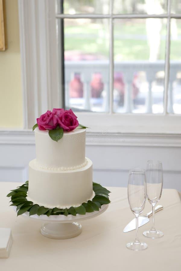 Abgestufter Kuchen der Hochzeit kleine zwei stockfoto
