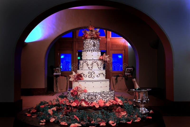 Abgestufter Kuchen der Hochzeit sechs überstiegen mit Orchideen lizenzfreie stockbilder