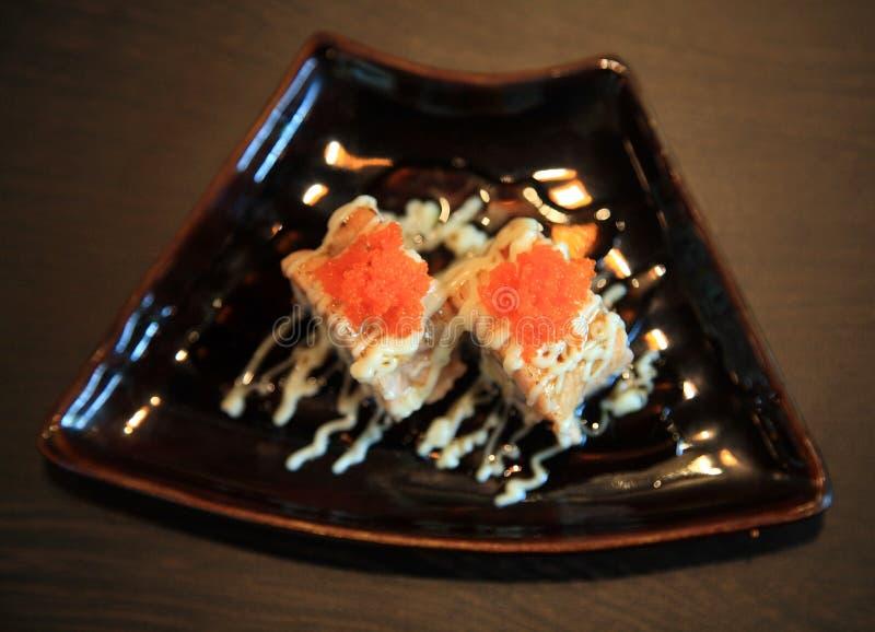 Abgetragene Lachssushi mit würziger Soße lizenzfreies stockfoto