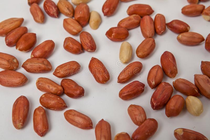 Abgezogene, geöffnete und gebratene Erdnüsse lizenzfreie stockfotos