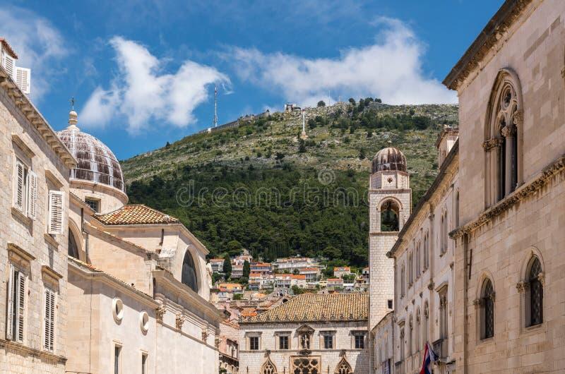 Abhang steigt über den Glockenturm in alter Stadt Dubrovniks stockfotos