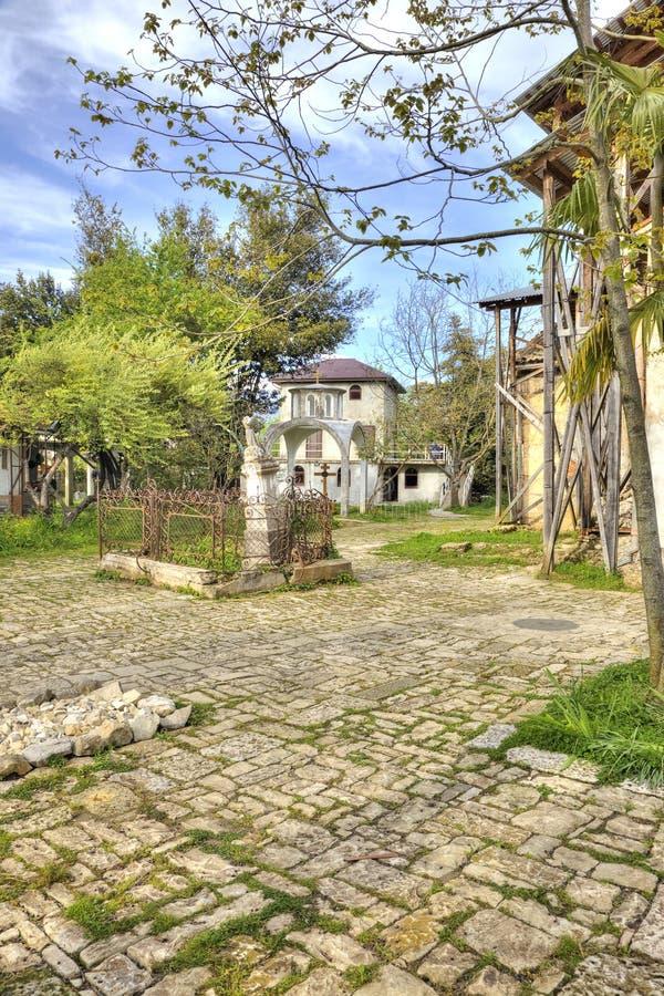 Abhazia En el templo adyacente del territorio de Dormition de la mayoría del H imagen de archivo