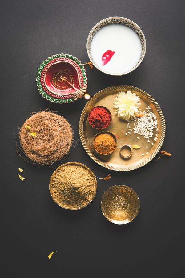 Abhyanga Snan en Diwali/narak Chaturdashi o baño herbario, tradición de la India fotografía de archivo