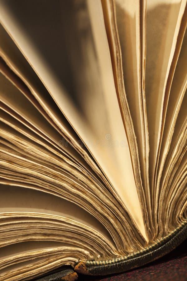 Abierto aventada del libro viejo imagenes de archivo