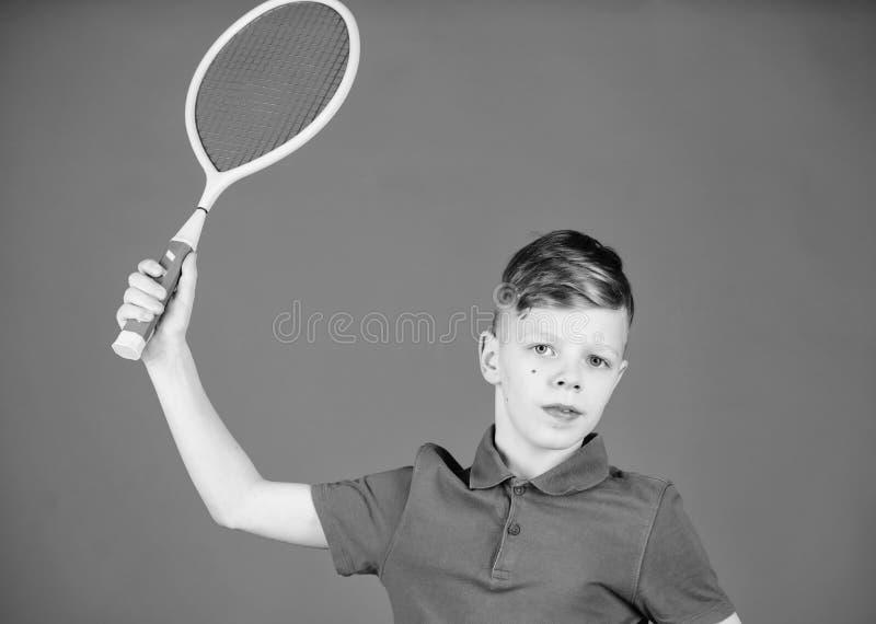 Abilit? di pratica di tennis Il tipo con la racchetta gode del gioco Campione futuro Sognando della carriera di sport Tennis del  immagine stock