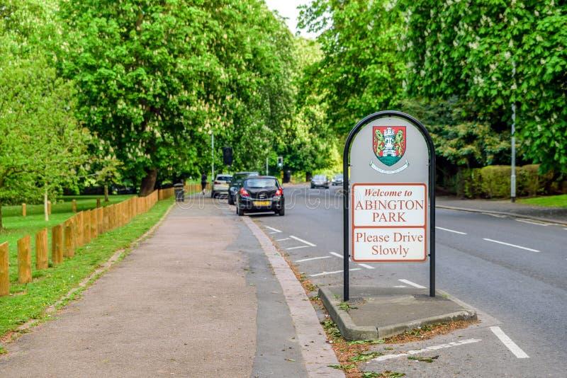 Abington-Park-Eingangszeichen zwischen Fu?weg und Stra?e in Northampton England Gro?britannien stockfotografie
