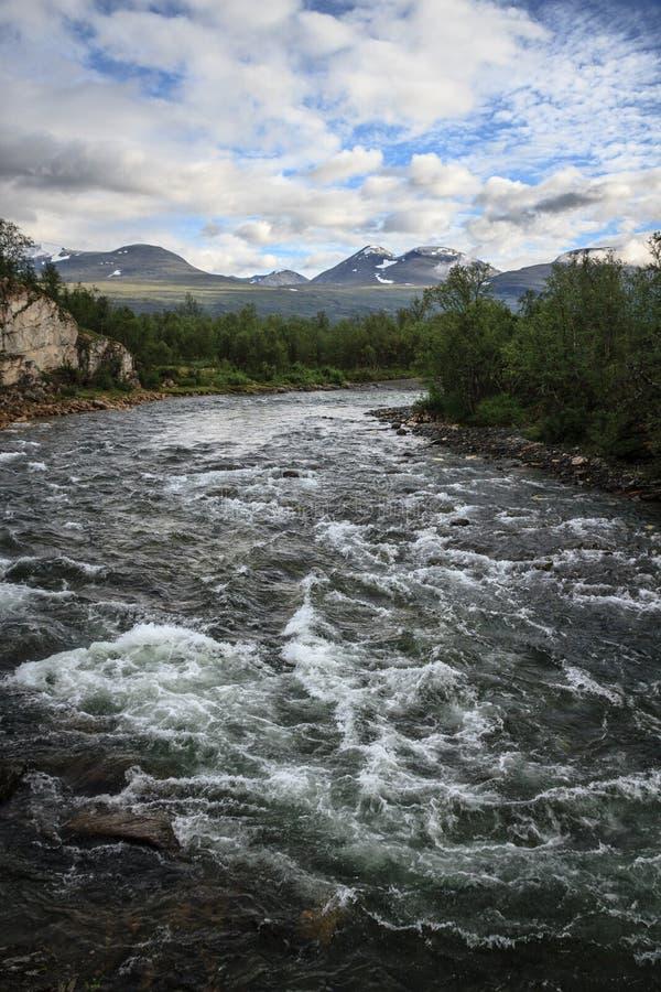 Abiskojaure rzeczny spływanie przez Abisko parka narodowego w Lapland, Szwecja zdjęcie stock