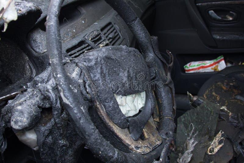 abitacolo dopo il fuoco, parti parzialmente bruciate dell'automobile fotografia stock libera da diritti