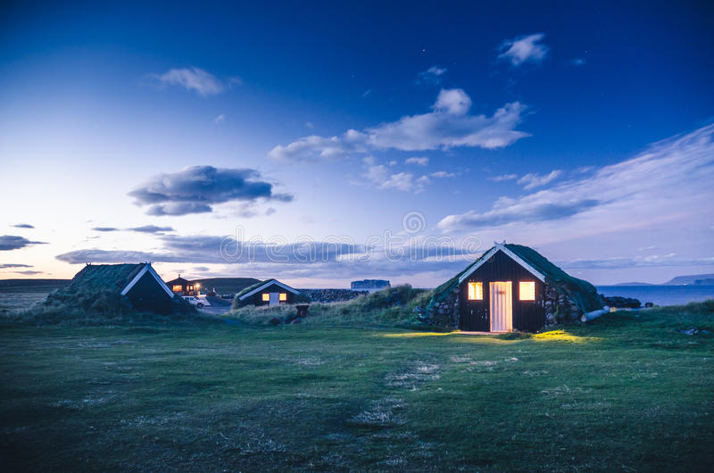 Abitazione tradizionale dell 39 islanda nella notte for Casa tradizionale islandese