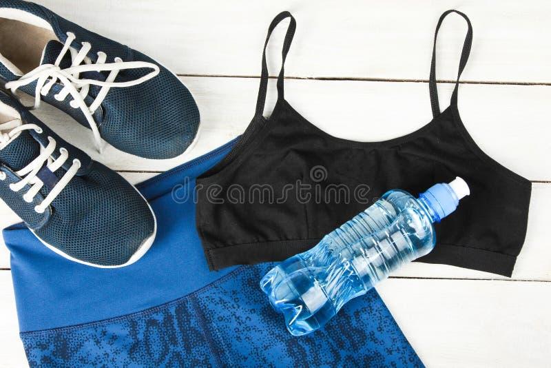 Abiti sportivi e bottiglia di acqua fotografia stock