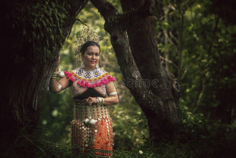 Abitudine tradizionale del Borneo fotografia stock