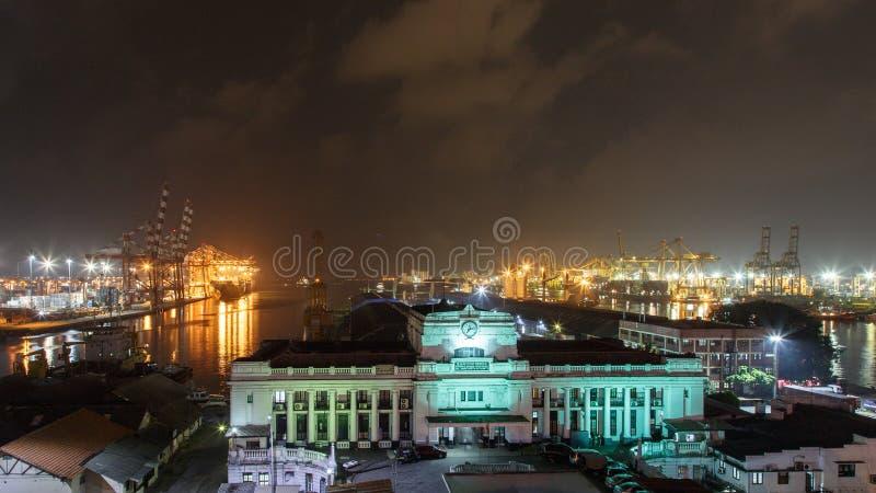 Abitudini del porto di Colombo che costruiscono alla notte immagine stock libera da diritti