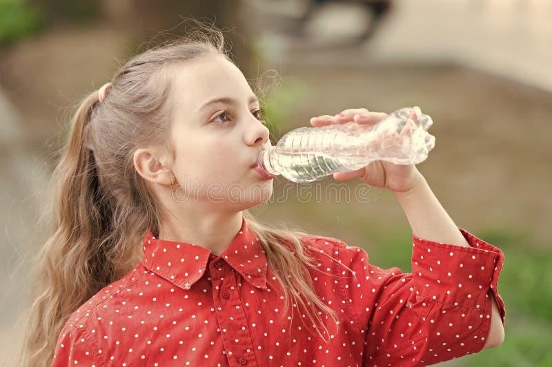 Abitudini sane Sani e idratati Le ragazze si preoccupano della salute e dell'equilibrio dell'acqua Ragazza carina che tiene la bo immagini stock libere da diritti