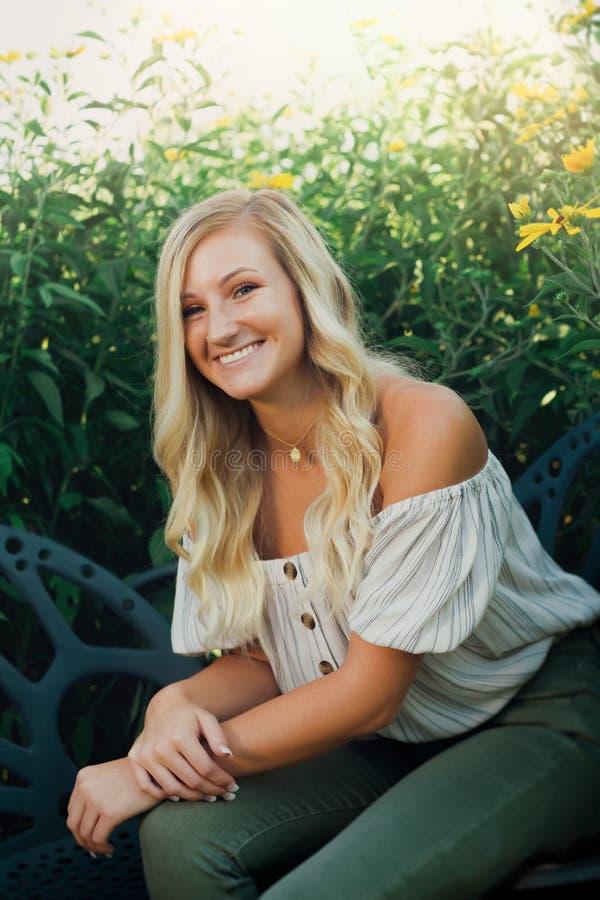 Abiturient-Foto des blonden kaukasischen Mädchen-Freiens stockfoto
