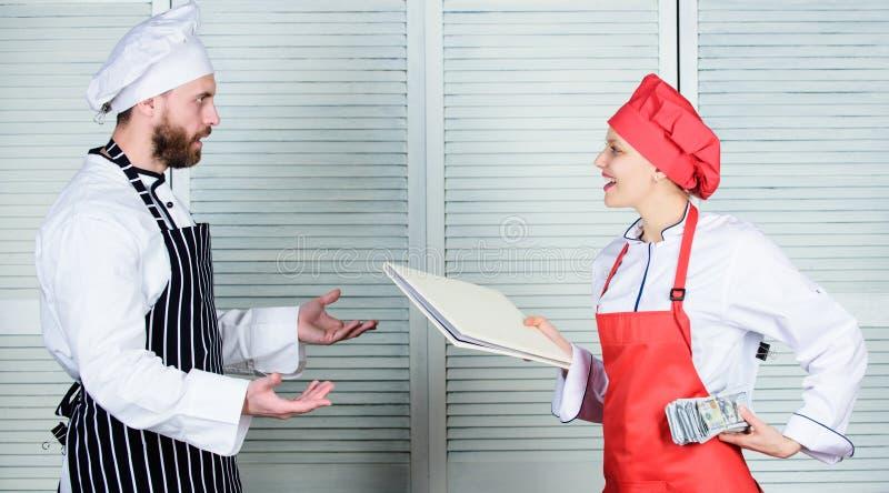 Abkassieren Kochen Sie den Helfer, der dem Chef Arbeitsblatt kochend gibt Vorlagenkoch- und HelferholdingGeschäftsbuch und Bargel stockbild