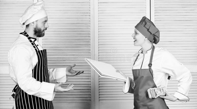 Abkassieren Kochen Sie den Helfer, der dem Chef Arbeitsblatt kochend gibt Vorlagenkoch- und HelferholdingGesch?ftsbuch und Bargel lizenzfreie stockfotografie