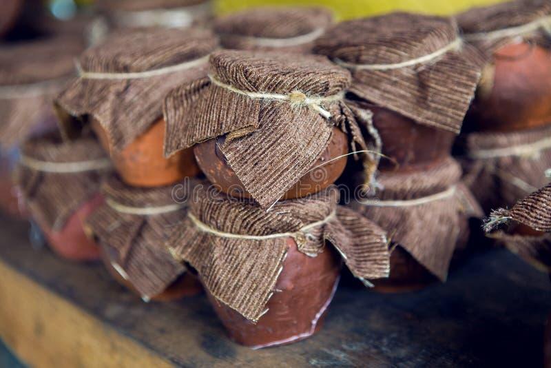 Abkhazia dziki miód w Glinianym garnku z płótnem zdjęcie royalty free