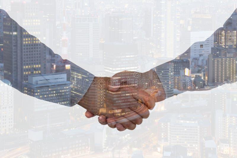Abkommen-Erfolgswillkommen der Händedruckgeschäftshanderschütterung rüttelndes Hand lizenzfreie stockfotos