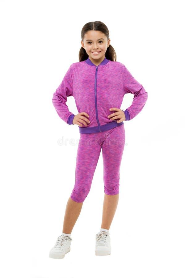Abkommen mit dem langen Haar beim Trainieren Nettes Kind des Mädchens mit langen Pferdeschwänzen tragen das sportive Kostüm, das  stockbilder