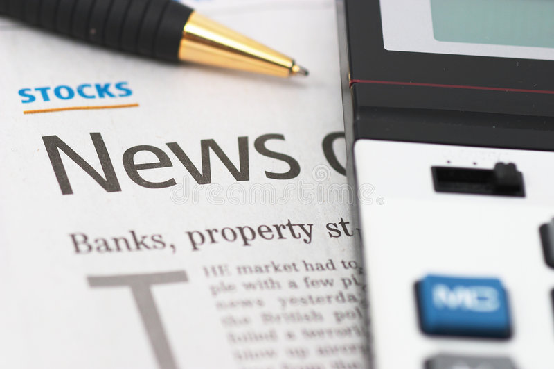 Ablagen-Nachrichten, Feder, Rechner, Querneigungen, Eigentumschlagzeilen Stockfoto