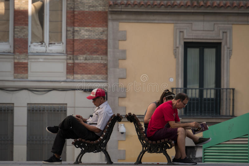 Ablesen auf der Straße lizenzfreie stockfotografie