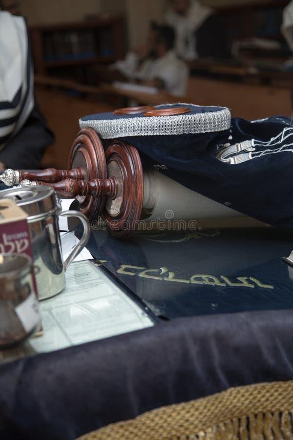 Ablesen einer Torah-Rolle während des Gebets lizenzfreie stockfotografie