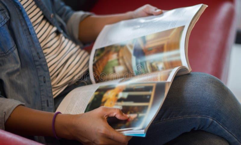 Ablesen einer Zeitschriftenunschärfe stockbild