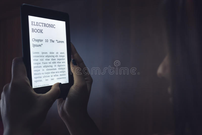 Ablesen eines ebook im Bett lizenzfreies stockfoto