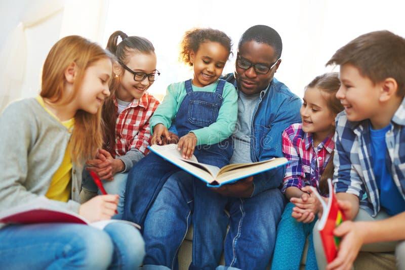 Ablesen mit Lehrer lizenzfreies stockfoto