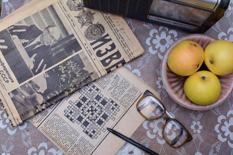 Ablesen von alten sowjetischen Zeitungen, Weinleseradio lizenzfreie stockfotografie