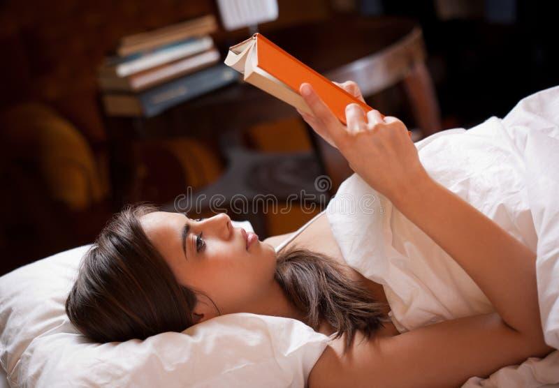 Ablesen vor Schlaf stockfotos