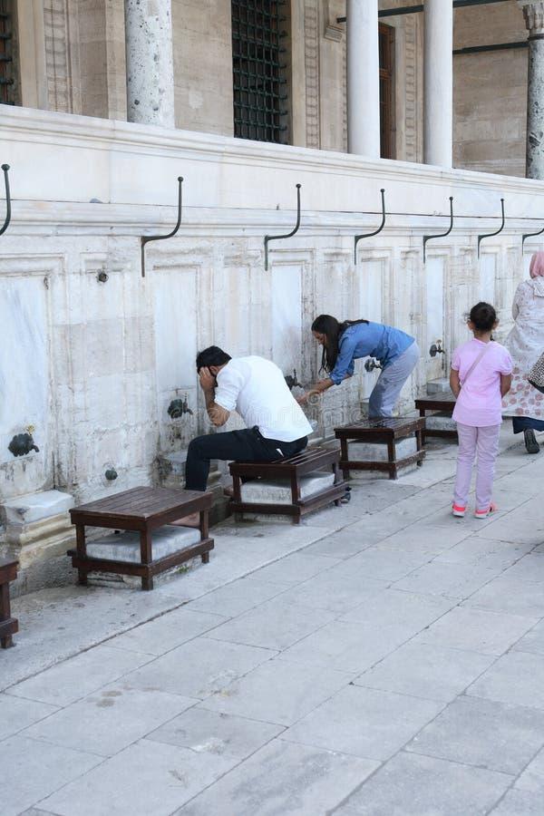 Ablution avant la prière photographie stock
