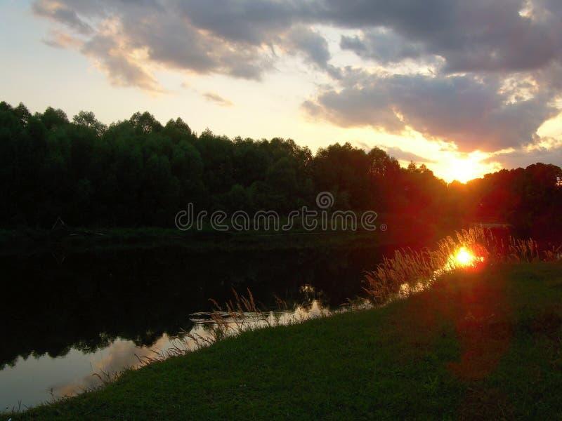 abnahme Sommer Flussbank stockbild