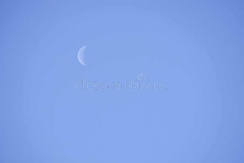 Abnehmen Crescent Day Mondphase, heller belichteter Mond tagsüber lizenzfreies stockfoto