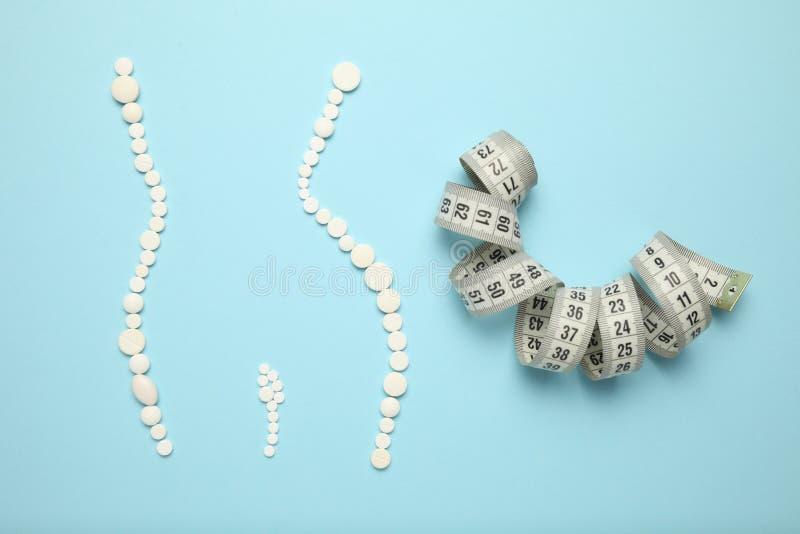 Abnehmen mit Pillen, fetter Brenner Gewichtsverlustkonzept, dünn Ihr Körper ohne Anstrengung Vitamindrogen stockfotografie