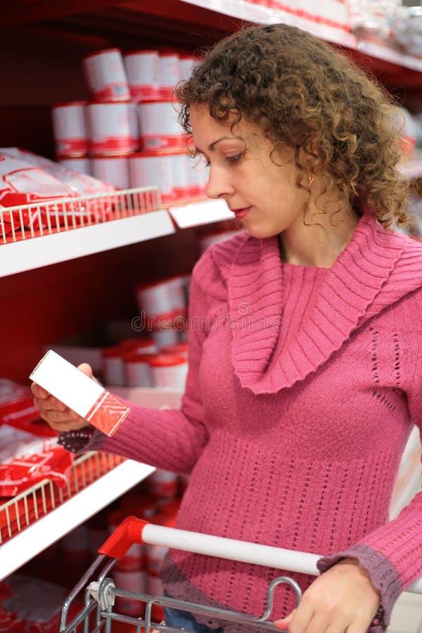 Abnehmer wählt die Waren lizenzfreies stockbild