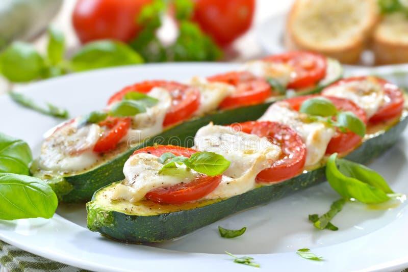 Abobrinha enchido com tomate e mussarela fotografia de stock royalty free