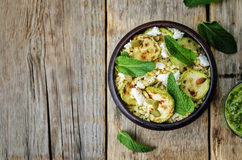 Abobrinha, painço, hortelã, sementes de abóbora, salada do queijo de cabra com co imagem de stock royalty free