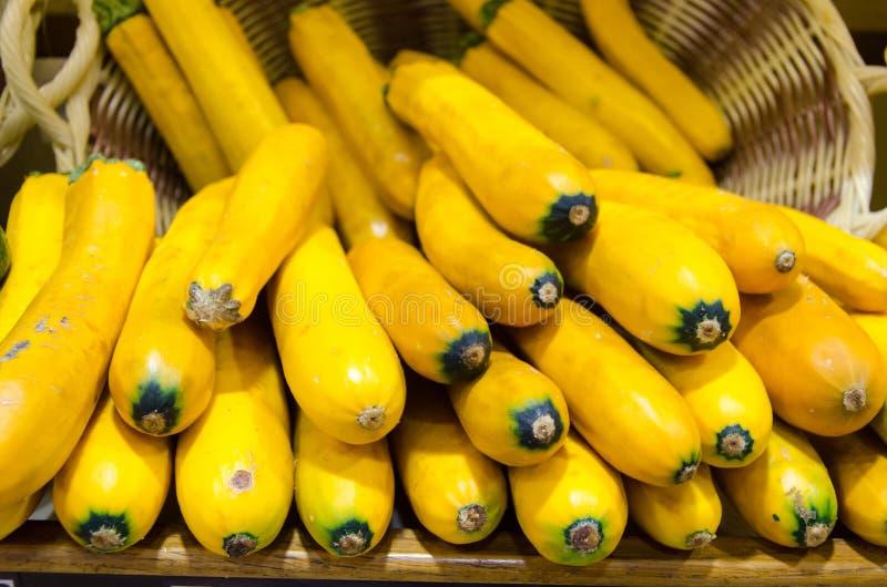 Abobrinhas amarelos em uma cesta fotografia de stock royalty free