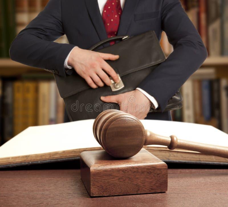 Abogado caucásico ante el tribunal foto de archivo