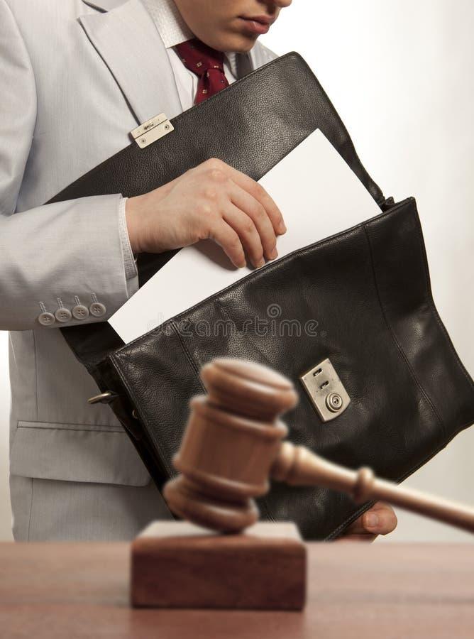 Abogado caucásico ante el tribunal imagen de archivo libre de regalías