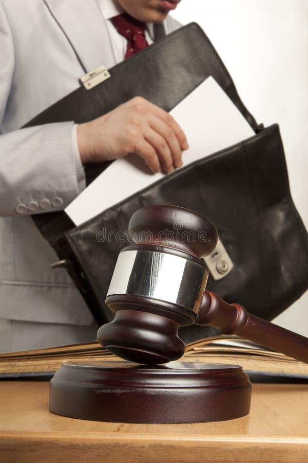 Abogado caucásico ante el tribunal imagenes de archivo