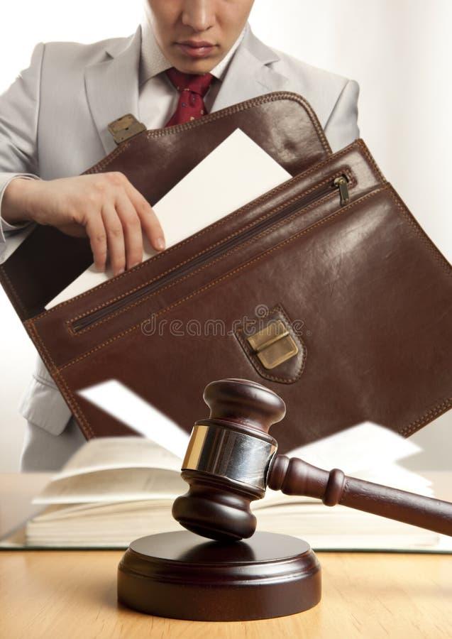 Abogado caucásico ante el tribunal imagen de archivo