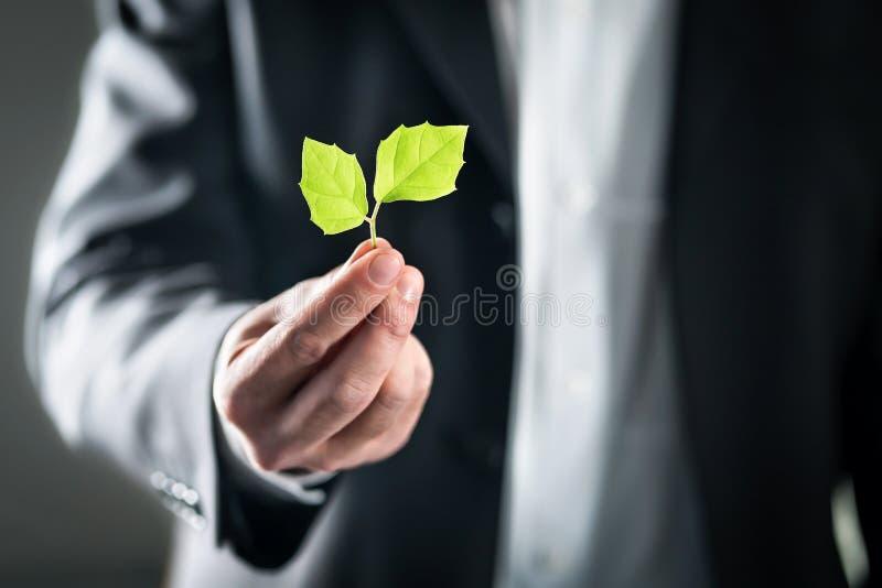 Abogado de Eco u hombre de negocios ambiental amistoso Desarrollo sostenible, cambio de clima, ecología y concepto de la huella d foto de archivo libre de regalías